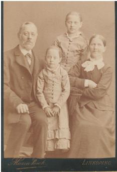 Carl Gustaf och hustrun Johanna Jacobsdotter                    Barnen Clara Charlotta och lillasyster Anna Amalia